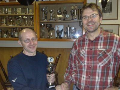 Rainer Vogt (l.) erhält den Pokal von Spielleiter Stephan Thiele