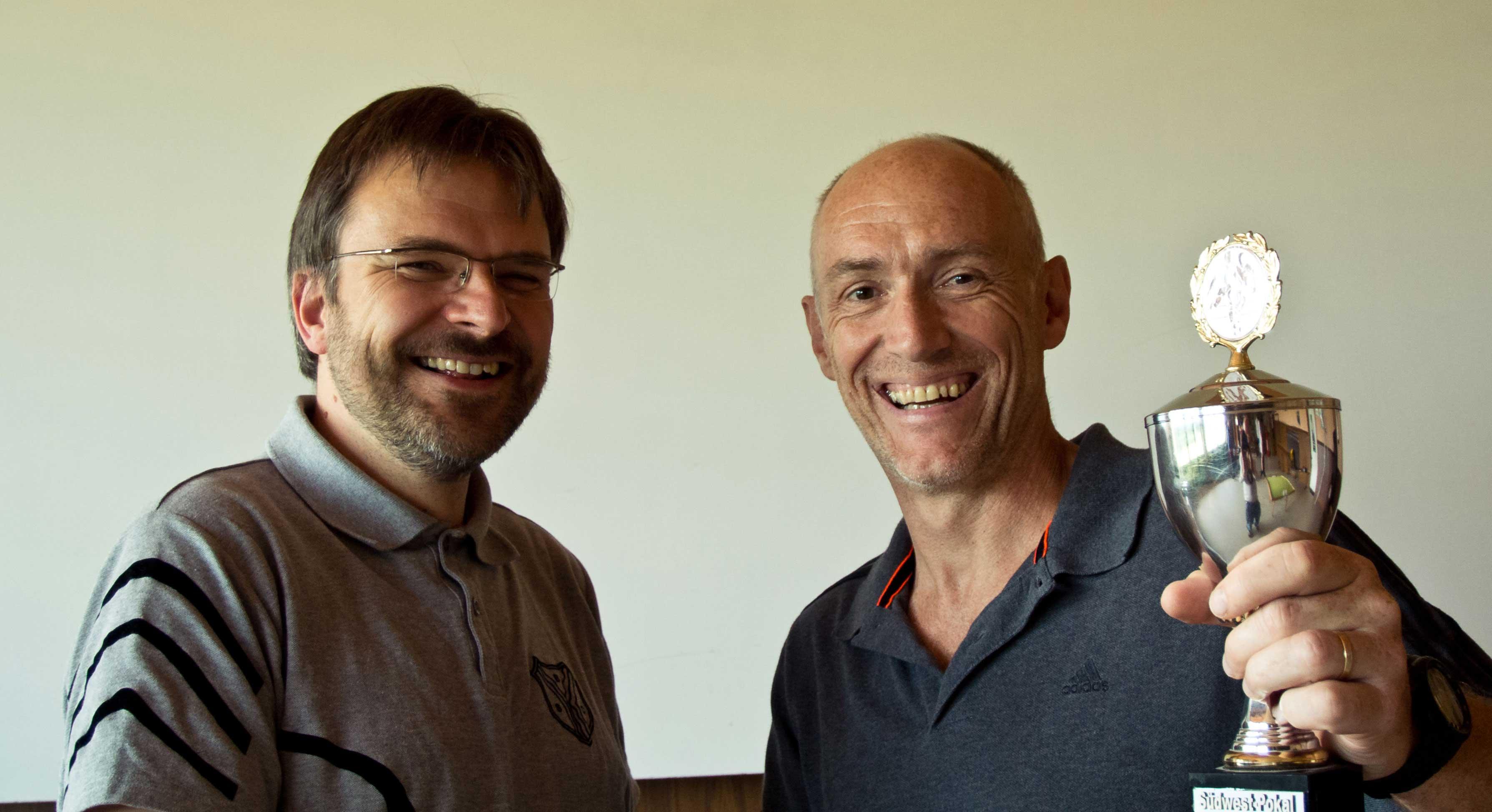 Die Siegerehrung: Thomas Winkler (rechts) mit         Spielleiter Stephan Thiele
